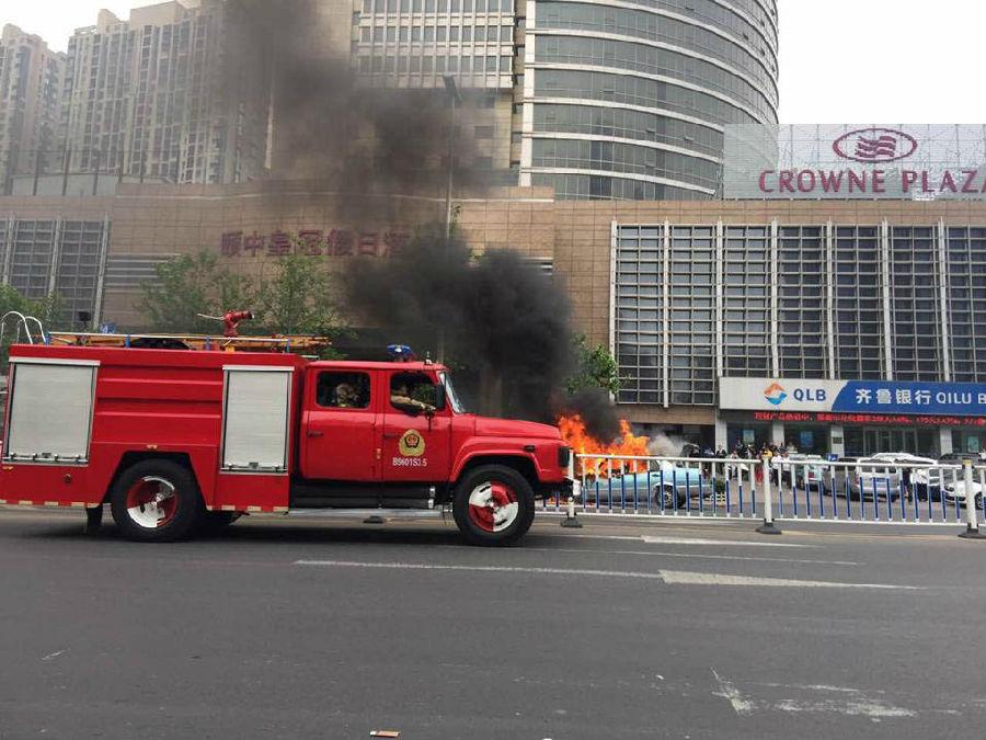 香港中路出租车自燃 火已扑灭无人伤亡-地产八卦-青岛