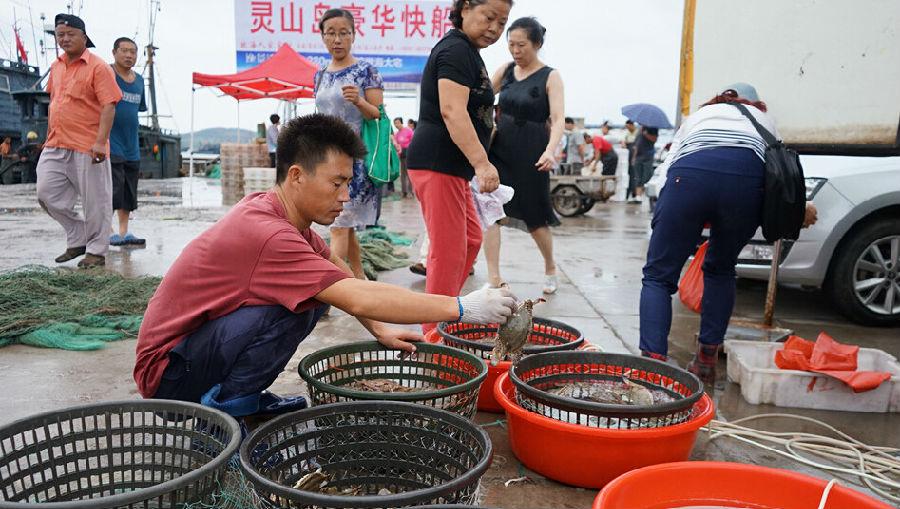 青岛开海首日 市民到码头抢购海鲜