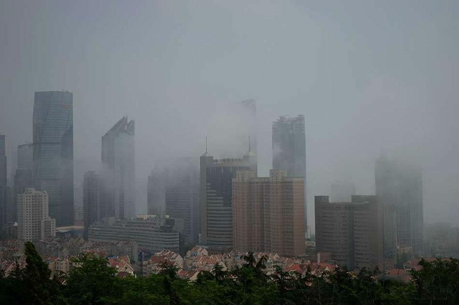 青岛前海现平流雾景观 雾中楼宇若隐若现