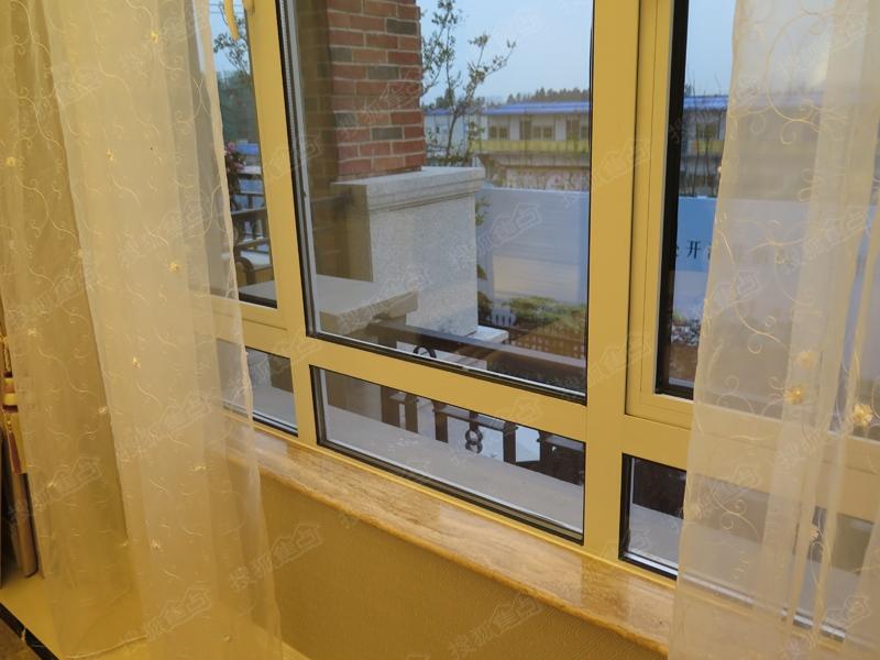中海悦府180平方米联排别墅样板间图 二层儿童房阳台高清图片