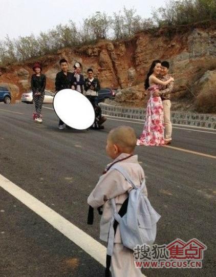 爸妈补拍婚纱照被儿子小和尚装抢尽风头
