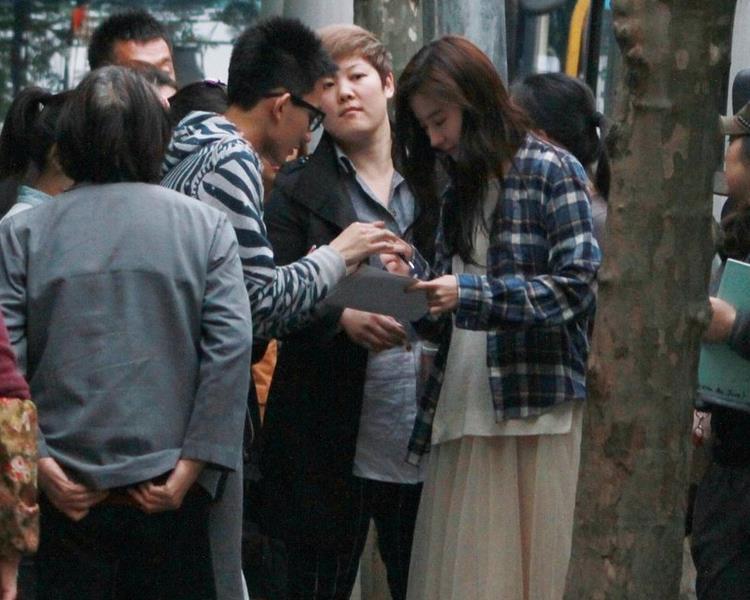 刘亦菲素颜医院看病 获众人围堵索要签名