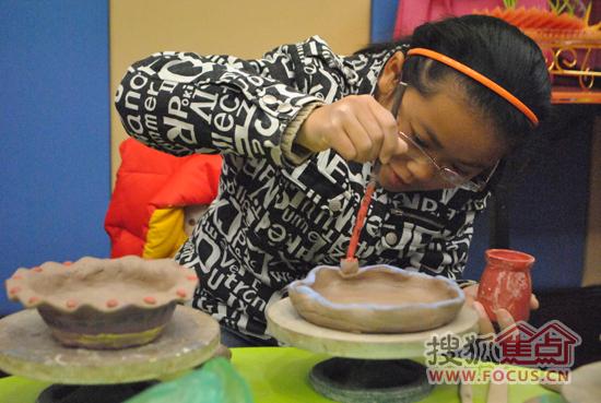随后,陶艺老师一步一步地教大家制作杯子和碗的方法,大家都学着