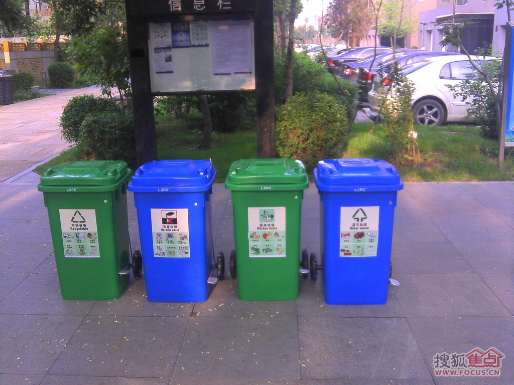 垃圾桶根据分类不同应该用不同颜色的,特别是有害垃圾桶.昨晚看到