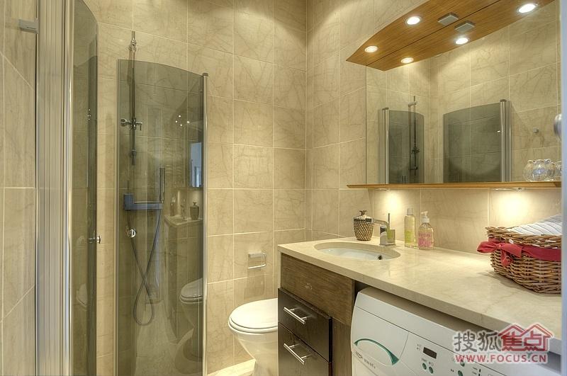 大面积的卫生间瓷砖颜色的搭配技巧: 大面积的卫生间在瓷砖的颜色可以选择深色系的颜色,中间搭配浅色系的腰线或者底部搭配浅颜色的踢脚砖,这样做的目的是减少整个墙面的沉闷感。卫生间地砖颜色可以和瓷砖相同的颜色,但是洁具的颜色一定要选用浅色系的,这样整体效果才会显得尊贵大气。 中等面积的卫生间瓷砖颜色的搭配技巧: 中等面积的卫生间,瓷砖颜色可以选择暖色调的颜色,可以大面积运用,也可以小面积贴暖色调的瓷砖,另外的墙体贴冷色调的瓷砖,这样会显得卫生间比较有个性,不会太平庸; 瓷砖颜色可以选用米色系的颜色,瓷砖和地砖