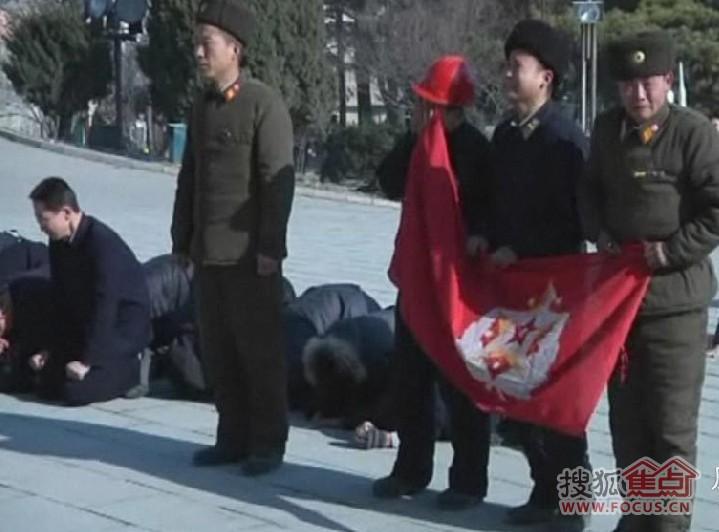 图:朝鲜百姓当街下跪 泪别领袖