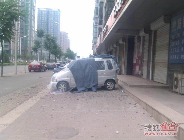图 鹭港小区高层住宅外墙瓷砖掉落连砸4车 高清图片