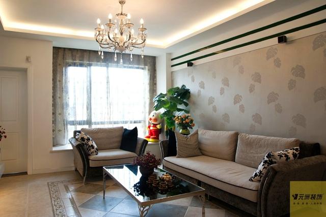 墙面大面积乳胶漆,通过镜子及装饰木条装饰,干净明亮.家具以高清图片