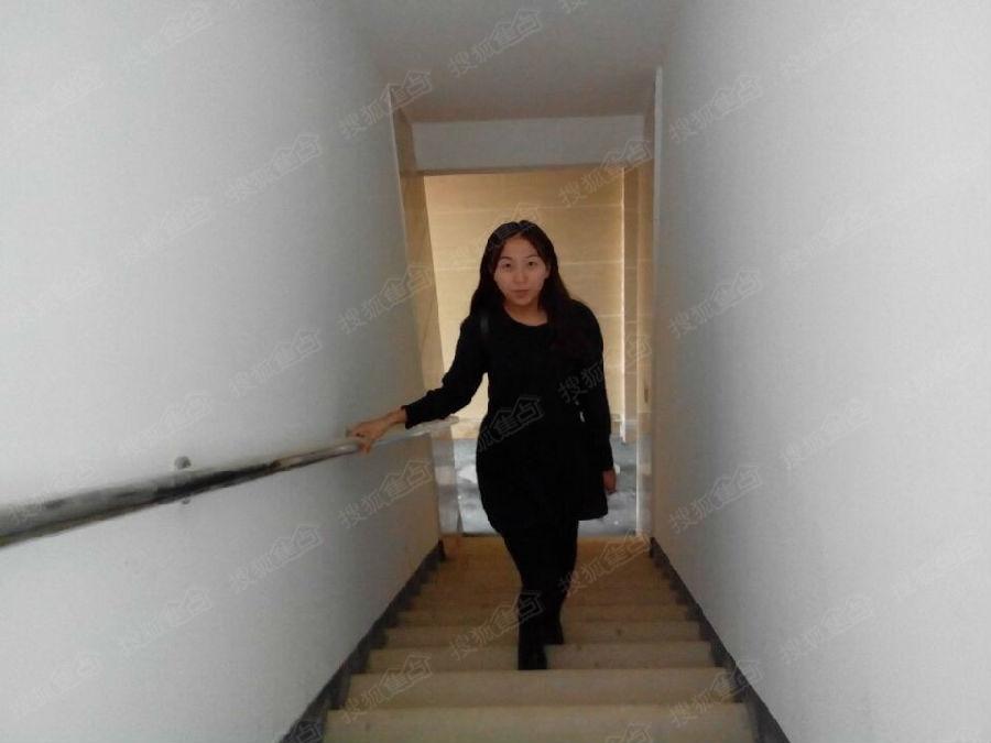 美女上楼梯 潇洒走一回