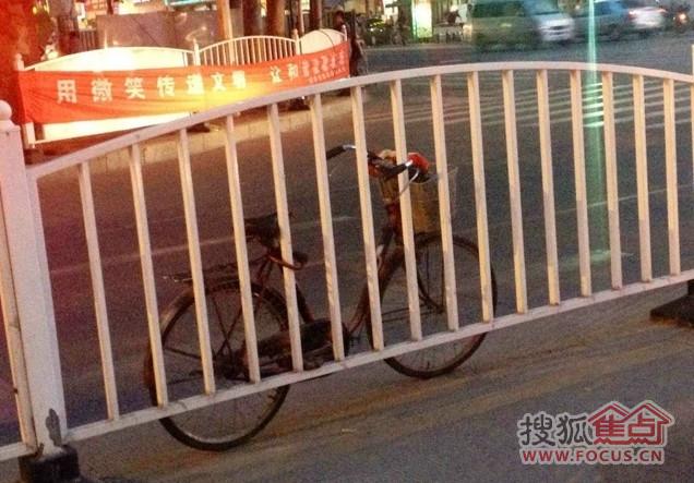 渭南朝阳路护栏上锁自行车,太有才了!