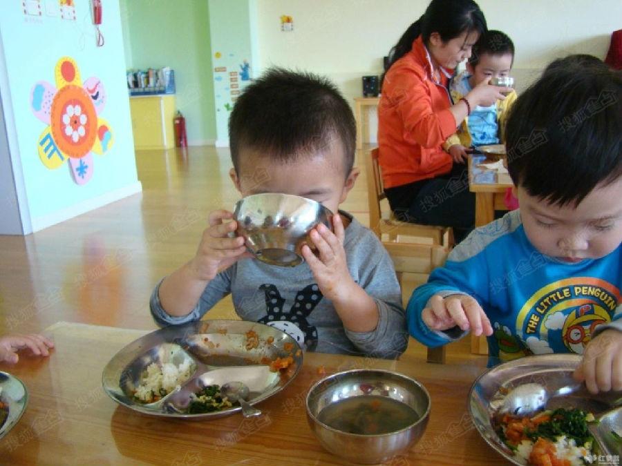 最后一个,就是让宝宝看到其他小朋友吃饭吃得香喷喷,引发他也要进食