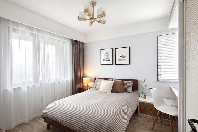 卧室则选择了木地板,更加温馨,大而舒适的床,透过纱帘阳光照射进来