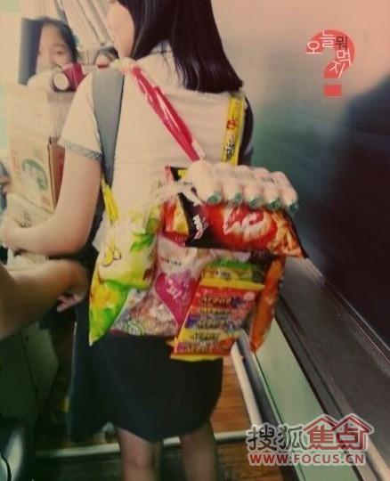 韩国学生中流行的生日礼物零食背包图片