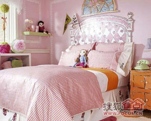 色的卧室布局.小巧可爱的布娃娃,隔层上的小饰品.