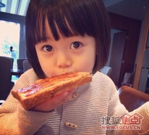 """涂了果酱,还帮你吃掉了,不用谢……""""照片中,韩寒女儿韩小野齐刘海波波"""