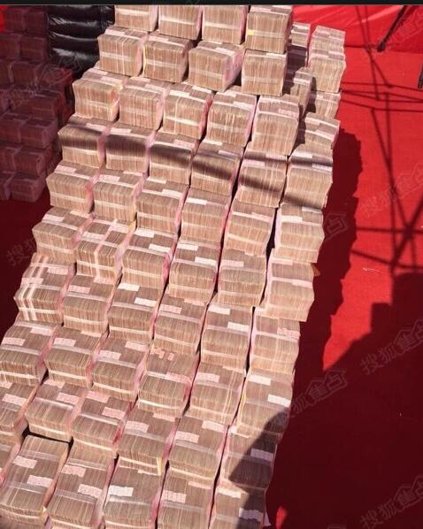 实拍一堆钱的照片_句容一开发商堆1亿现金发工资 民工用箩筐装钱(图)